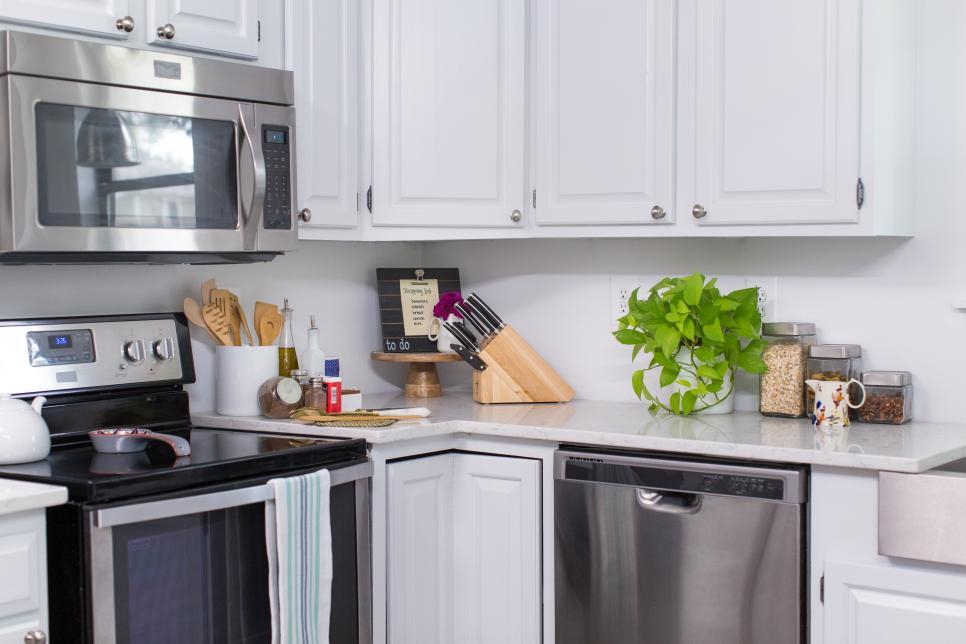 Очень хотелось обновить кухню, и я нашла простое решение. Сделала красивый фартук из самоклейки: ее легко снять или заменить в любой момент