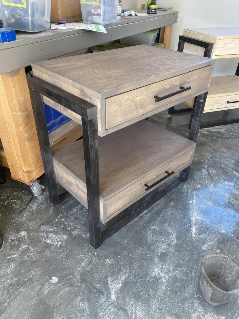 Придумала дизайн удобного прикроватного столика: 2 ящика и много места для хранения. Ящики мы сделали новые, но можно использовать и от старой мебели