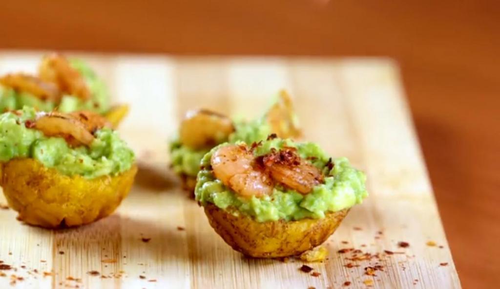 Жареные банановые корзиночки с начинкой из авокадо и креветок: гости съедают закуску без остатка