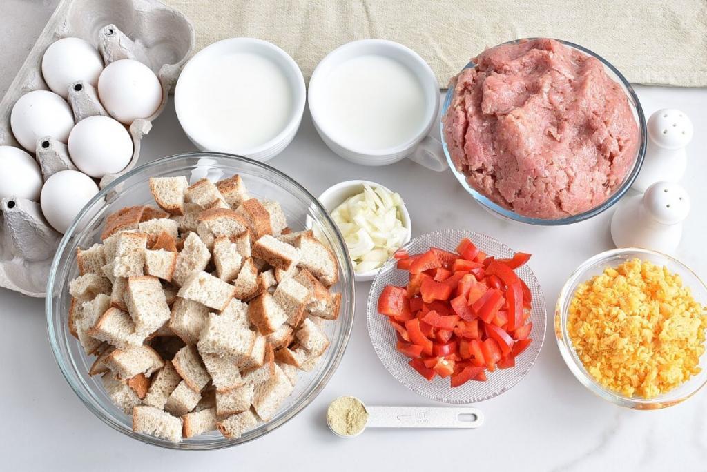 Быстрый, но сытный завтрак-запеканка за полчаса: нужен хлеб, фарш, молоко и яйца