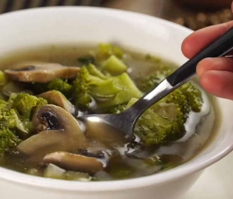 Простой рецепт овощного супа на курином бульоне с брокколи, кабачками и грибами