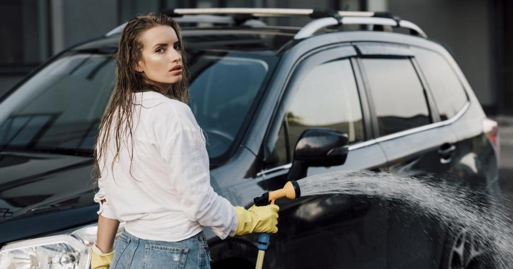 С десятого этажа на первый: когда женщина очень хочет вымыть свою машину, то ее не остановит длина шланга