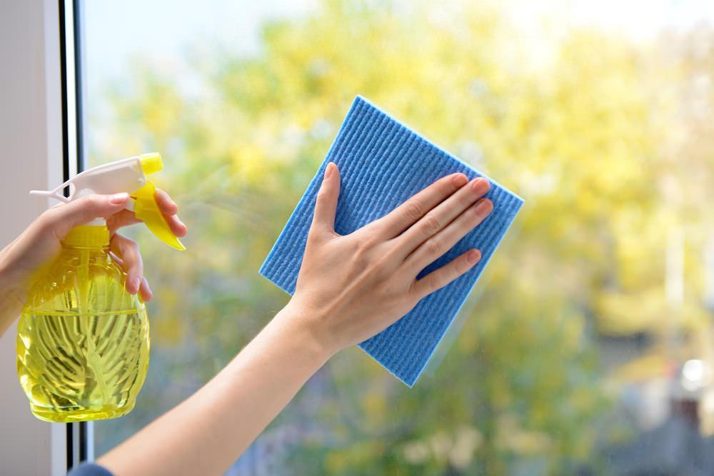 Наношу на окна средство с глицерином: помогает сохранить их чистоту целый год
