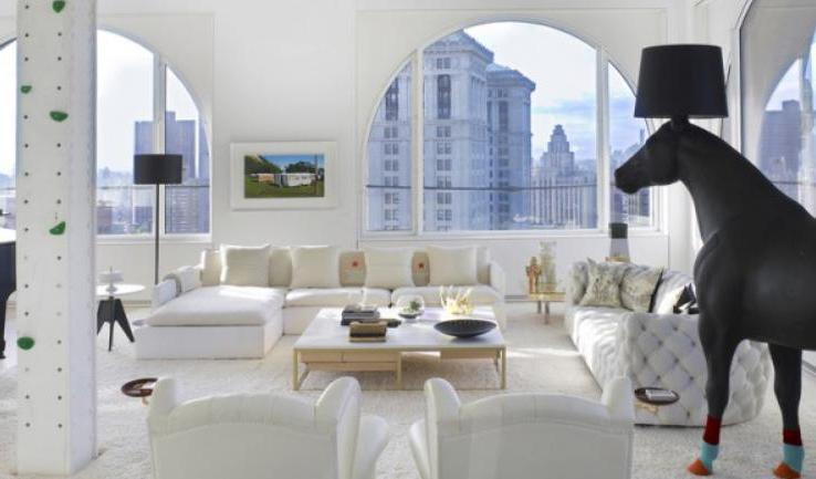 Дизайнеры вписали в пентхаус на Манхэттене металлическую горку для спуска и колонну для скалолазания: квартира расположена сразу на четырех этажах небоскреба
