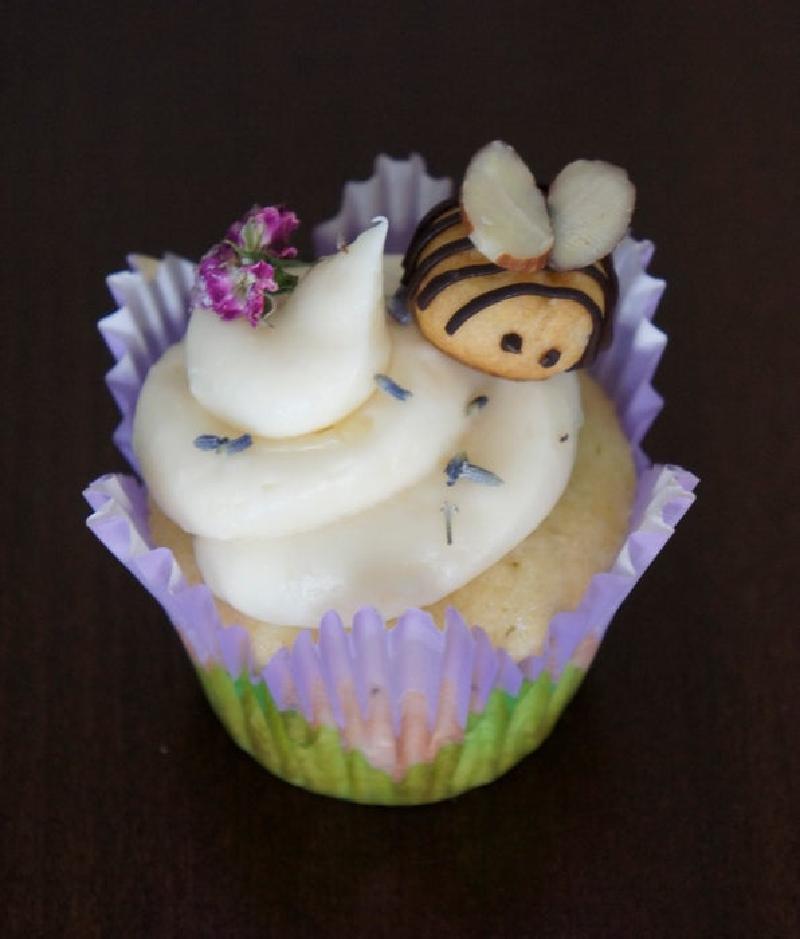 Яркие кексики с засахаренными цветами и воздушными пчелками из печенья: угощения можно приготовить вместо праздничного торта, больно уж красивые получаются