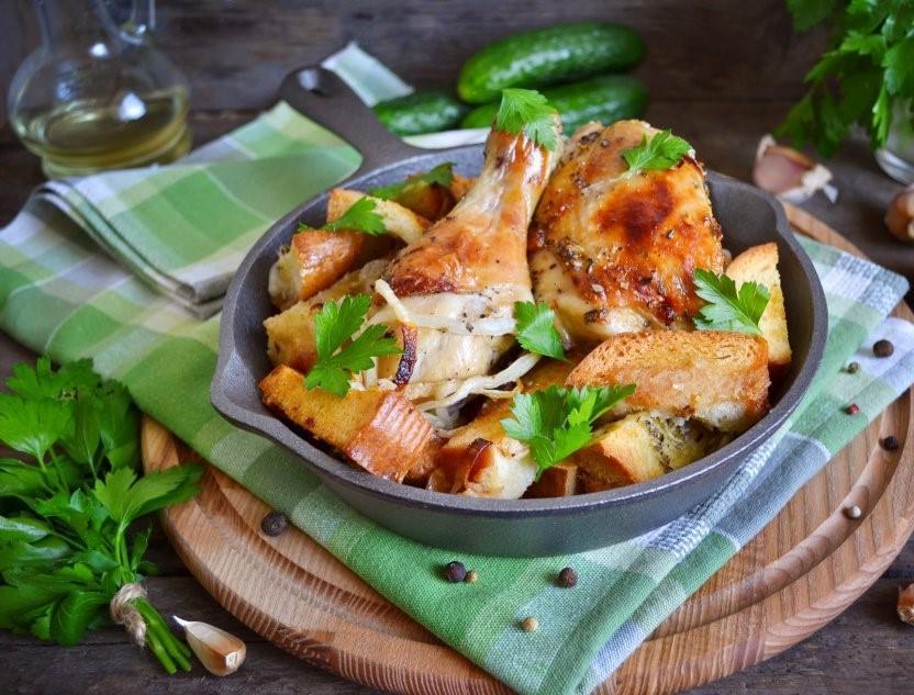 Когда нашла рецепт курицы, запеченной на хлебе, отнеслась к нему скептически: теперь готовлю только так