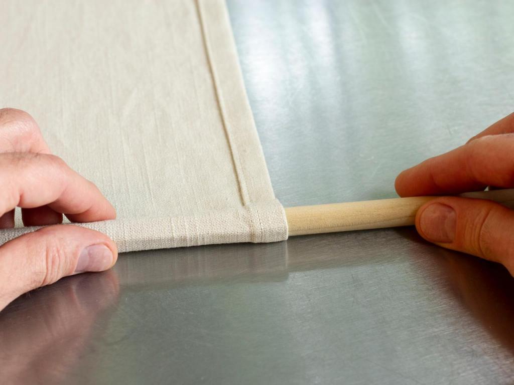 Из отреза ткани и кожаных ремешков сделали дома римскую штору: вышло отлично