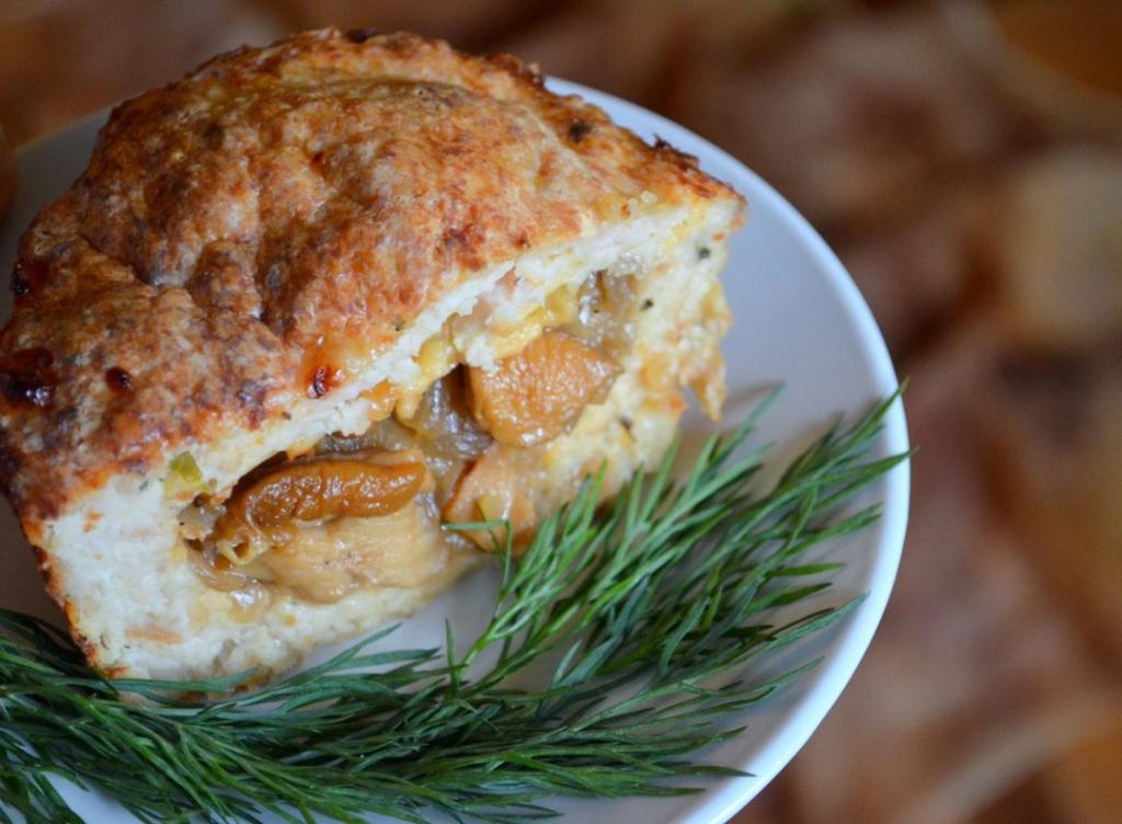 Вкусно, нежно, необычно – сезонный рецепт: рулет из картофельного теста и лесных грибов