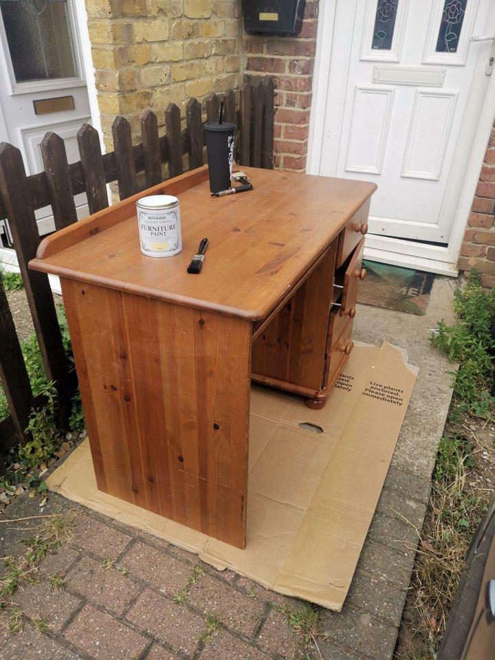 Женщина купила старый стол в комиссионке и сделала из него изюминку интерьера с помощью банки краски (фото до и после)