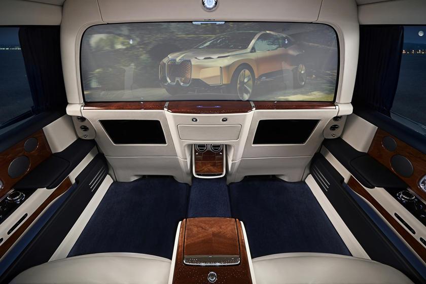 Барьер станет экраном: BMW хочет произвести революцию в сфере развлечений для пассажиров задних сидений