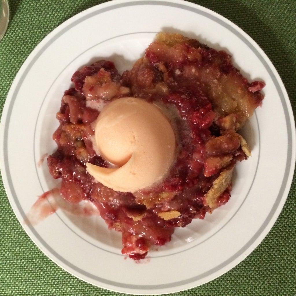 Свой фирменный пирог готовлю в чугунной сковородке: смешиваю персики с маслом и мармеладом, а сверху выкладываю малину