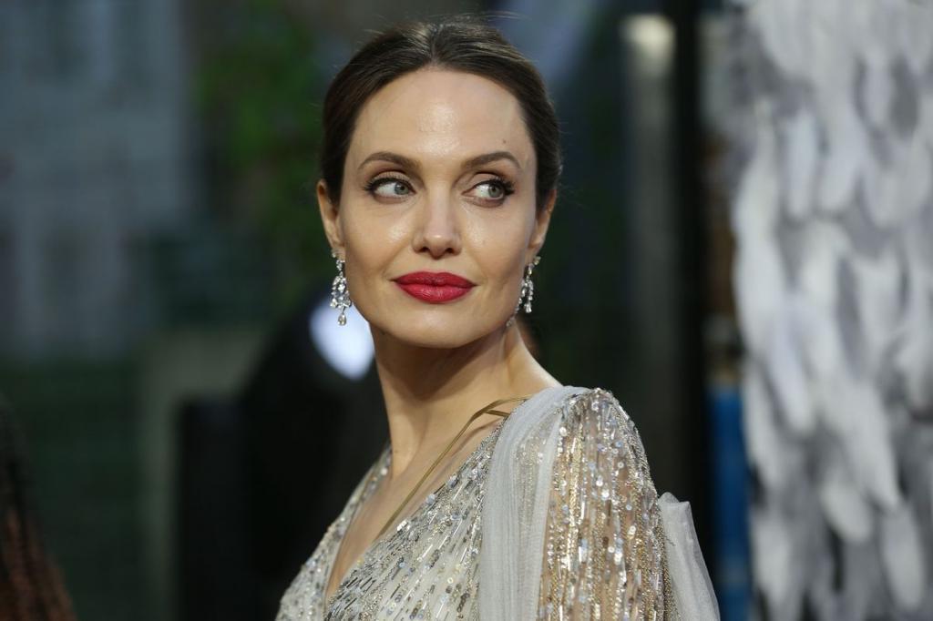 Анджелина Джоли была тронута призывом 6-летних мальчиков о гуманитарной помощи: актриса сделала пожертвование, но не ожидала, что мальчики поблагодарят ее публично