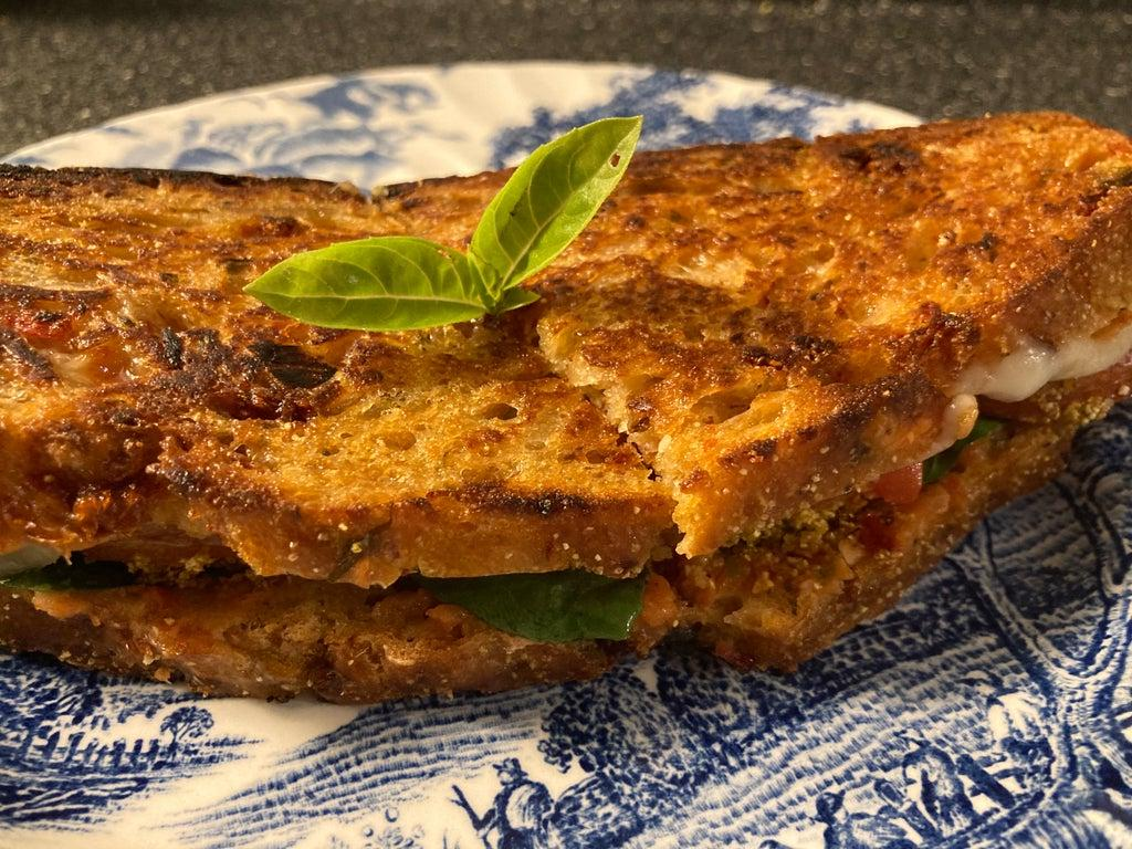 Выпекаю ароматный хлеб с чесноком и помидорами, а затем делаю сэндвич с теми же ингредиентами: наслаждение в каждом кусочке