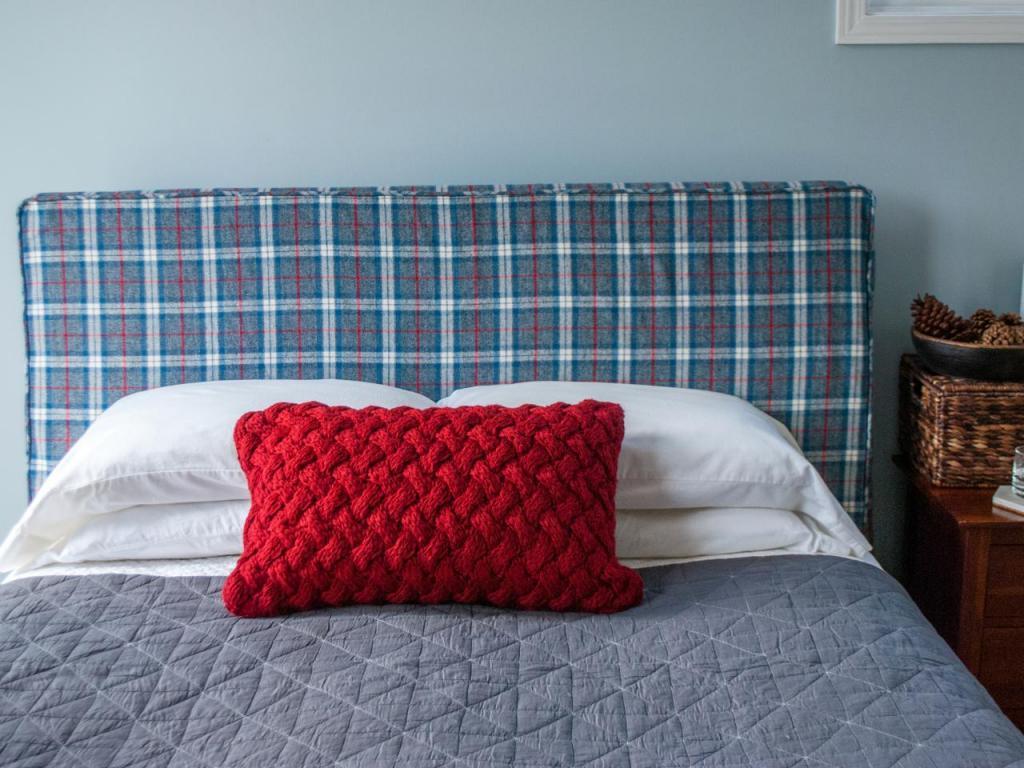 Захотелось обновить старое изголовье кровати, и я сшила для него красивый чехол. Очень простой способ , а кровать выглядит как новая