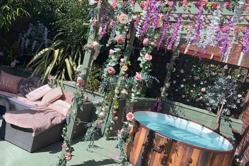 Женщина украсила двор искусственными цветами и похвасталась результатом. Выглядит потрясающе (фото)