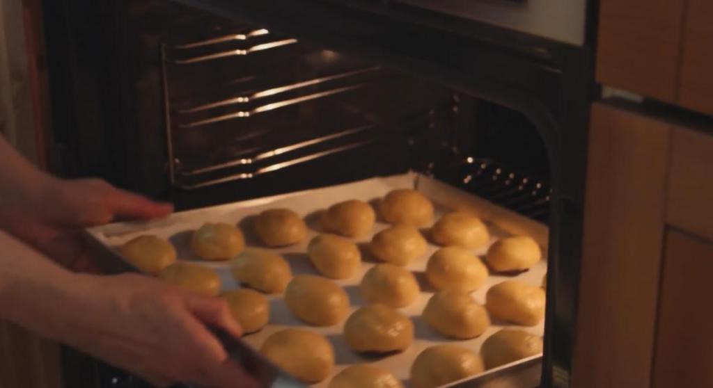 Готовлю необычный десерт в виде персика, придавая ему форму с помощью скорлупы грецких орешков: понравится и любителям фруктов, и сладкоежкам
