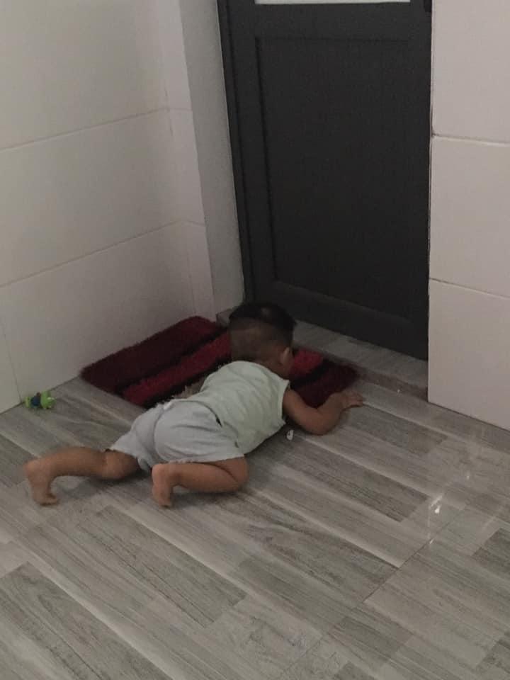 Папа, ну ты скоро?  Фотографии 3 летнего малыша, терпеливо ждущего папу под дверью ванной (многим родителям знакомо)