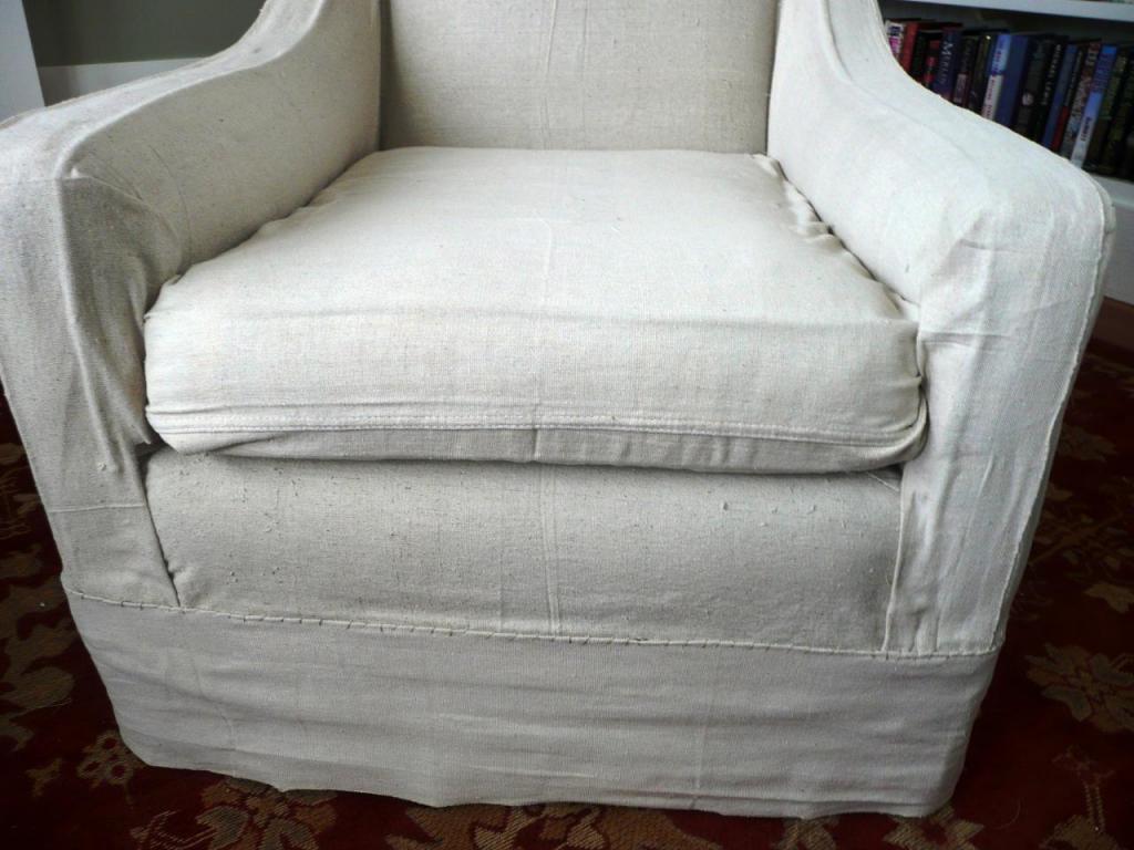 Для старых, но удобных кресел я сшила практичные чехлы. Простой и быстрый способ обновить мебель