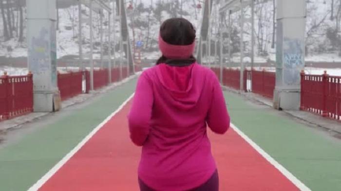 В какой одежде заниматься спортом полным девушкам: безрукавка с круглым вырезом + бриджи и другие сочетания