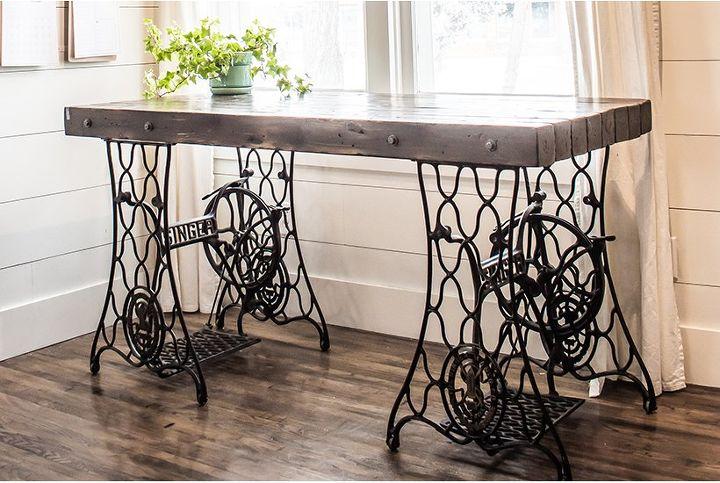 Взяла две основы от старых швейных машинок и сделала просторный стол: выглядит шикарно