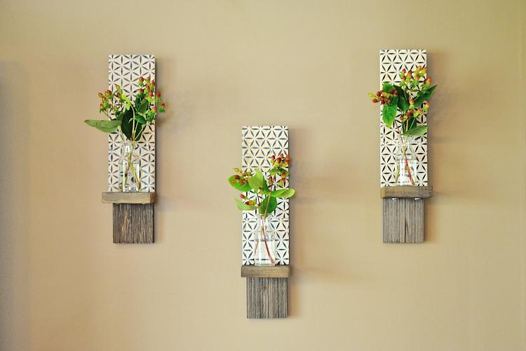 Увидела на фото красивые настенные панно с полками и сделала такие своими руками. На них можно расположить цветы, свечи или другой декор