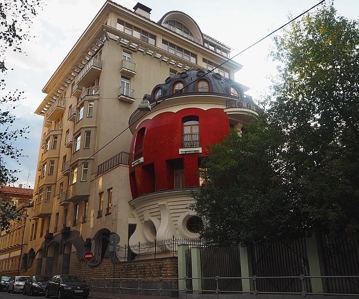 Особняк-яйцо в Москве: его построили 18 лет назад, но жить там никто не захотел