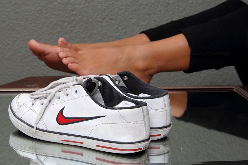 На ночь оставляю в своих кроссовках корицу либо пекарский порошок: как избавиться от неприятного запаха из обуви