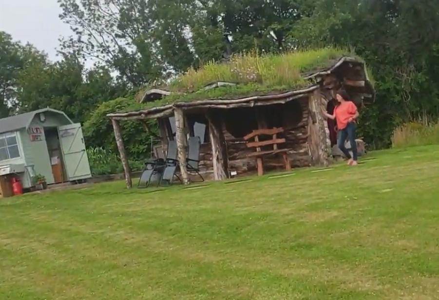 На своем заднем дворе супруги построили из отходов симпатичный домик хоббита и сдают его в аренду (фото)