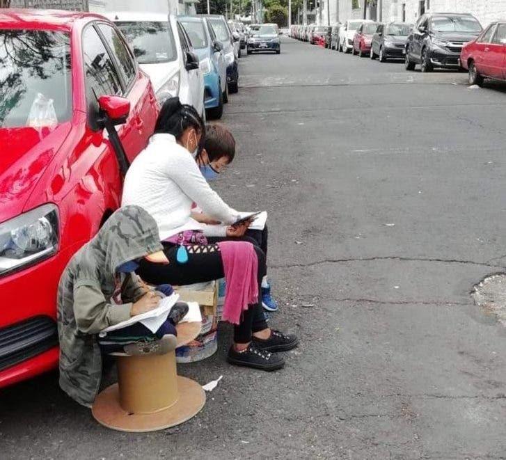 В Мексике мама с двумя детьми выходит на улицу, чтобы они могли выучить уроки с помощью бесплатного Интернета