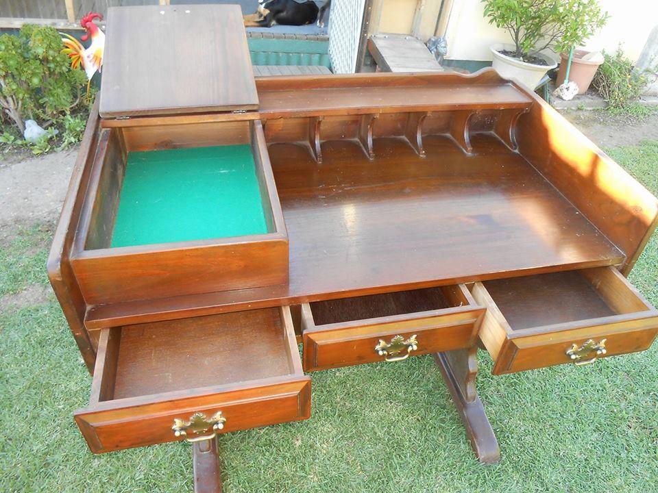 От бывших владельцев квартиры нам достался старый письменный стол. Чтобы не выбрасывать, муж сделал из него настоящую станцию для косметики