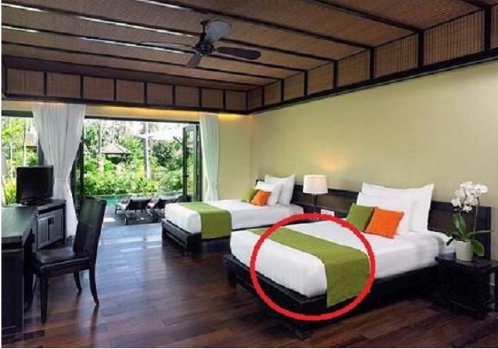 Практически в каждом отеле есть узкие покрывала на кроватях, но большинство ошибочно считают, что они только для красоты