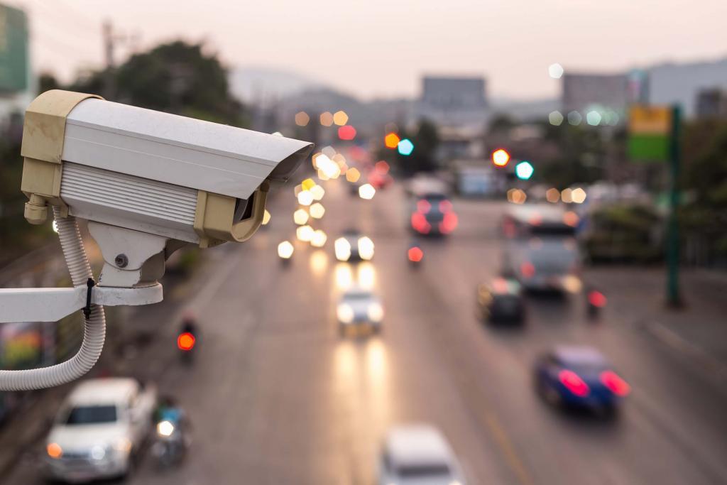Фиксировать и отправлять в полицию: дорожные камеры в Москве начнут выявлять опасные маневры водителей