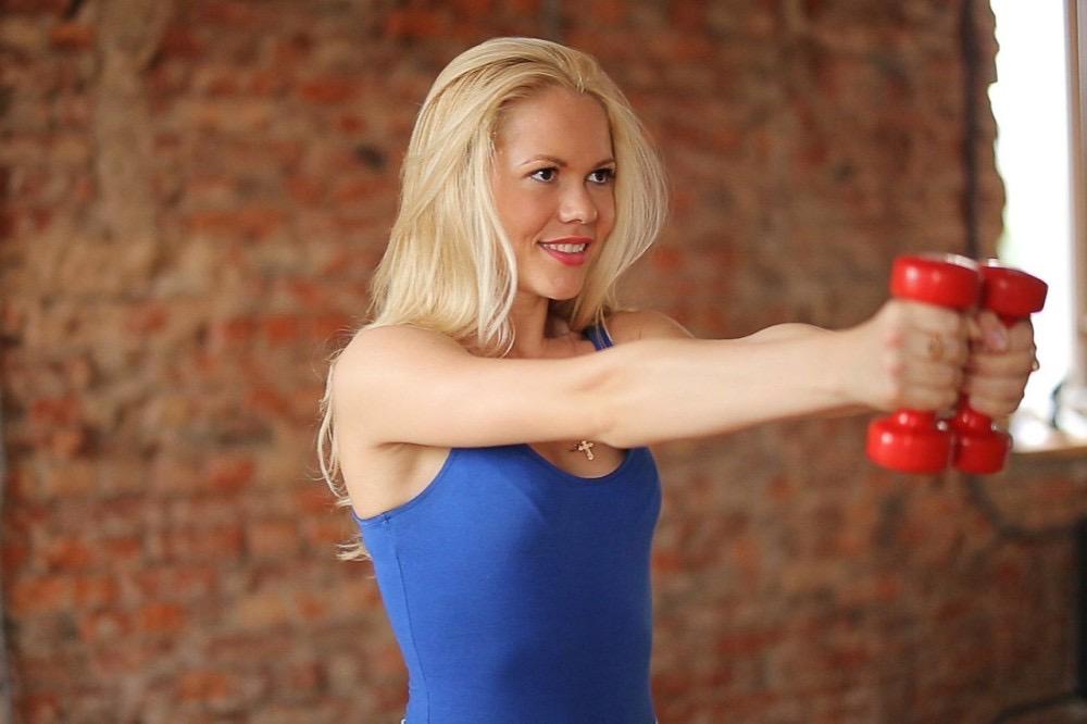 Упражнения с гантелями для трицепса тонизируют: 7 способов улучшить подмышечную зону