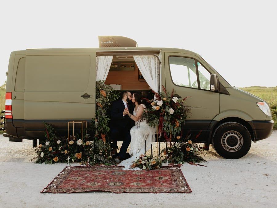 Пара отменила свадьбу из-за коронавируса. На сэкономленные деньги купили фургон и провели церемонию бракосочетания около него