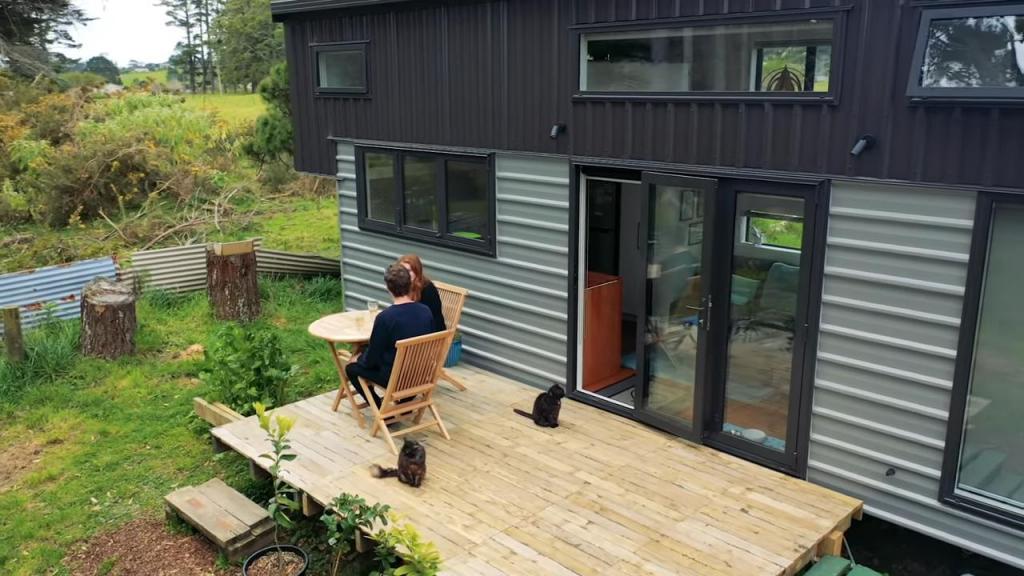 Молодая пара переехала из городской квартиры в удобный крошечный дом, построенный собственными руками