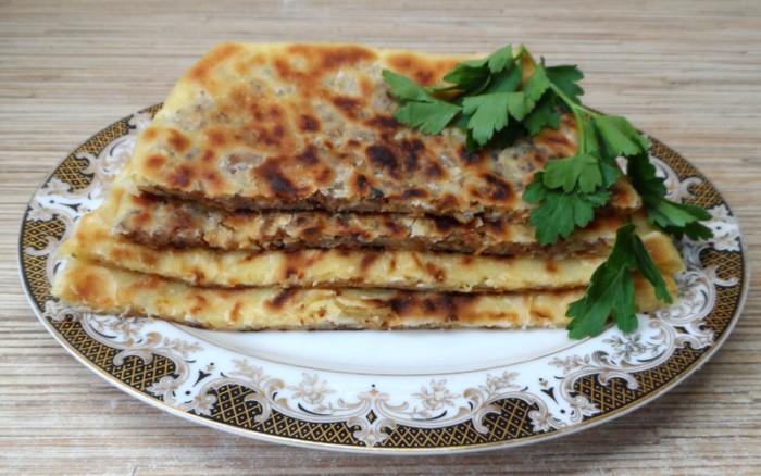 Готовлю лепешки по турецкому рецепту. Тесто делаю на воде, а для начинки использую брынзу и шпинат