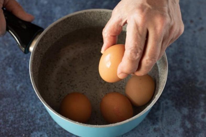 Завернул вареные яйца в колбасу и запек в слоеном тесте. Быстрая и вкусная закуска
