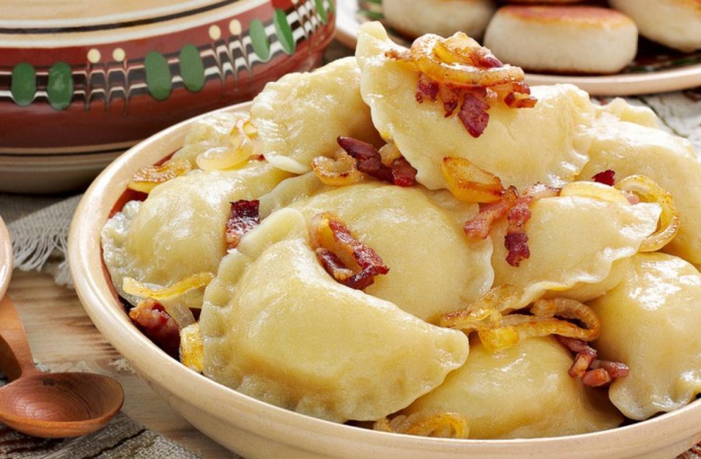 Вкуснее всего вареники с картошкой получаются, если еще добавить в начинку плавленый сыр: рецепт