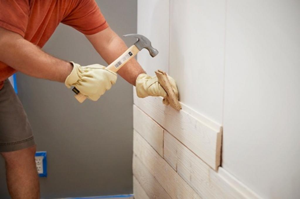 От старого сарая осталось много досок, и мы использовали их для декора стены. Это очень добавляет уюта и текстуры комнате