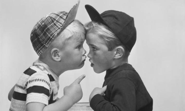 Научить смотреть в глаза при разговоре: какие важные социальные навыки семья должна привить ребенку