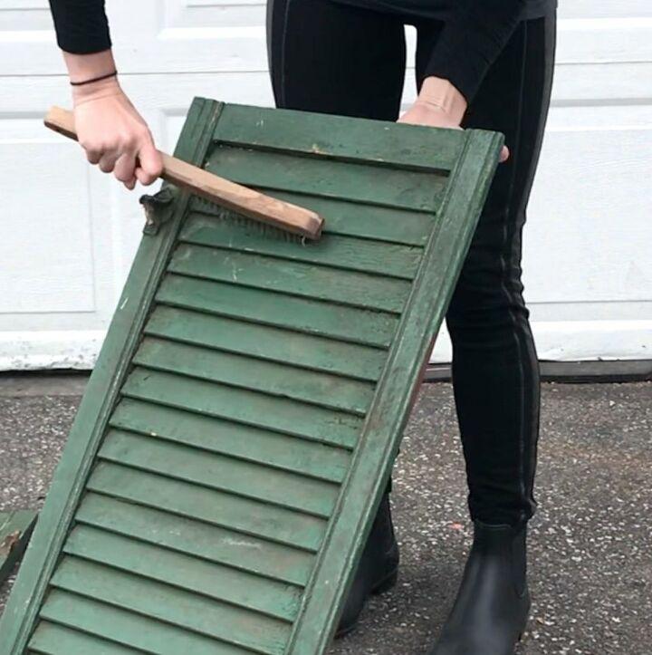 Взяла четыре колесика, оконные ставни и сделала удобный шкафчик с полками: просто и бюджетно
