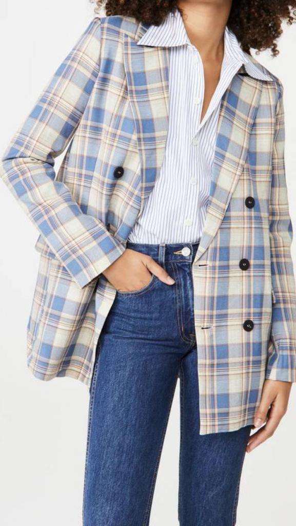 Свитер с вырезом и джинсы: список вещей, которые необходимо купить этой осенью