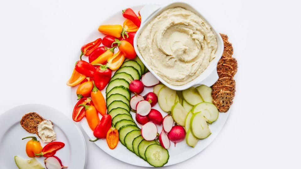 Если в холодильнике завалялись кусочки разных сыров и недопитый алкоголь, приготовьте французскую закуску - фромаж форт
