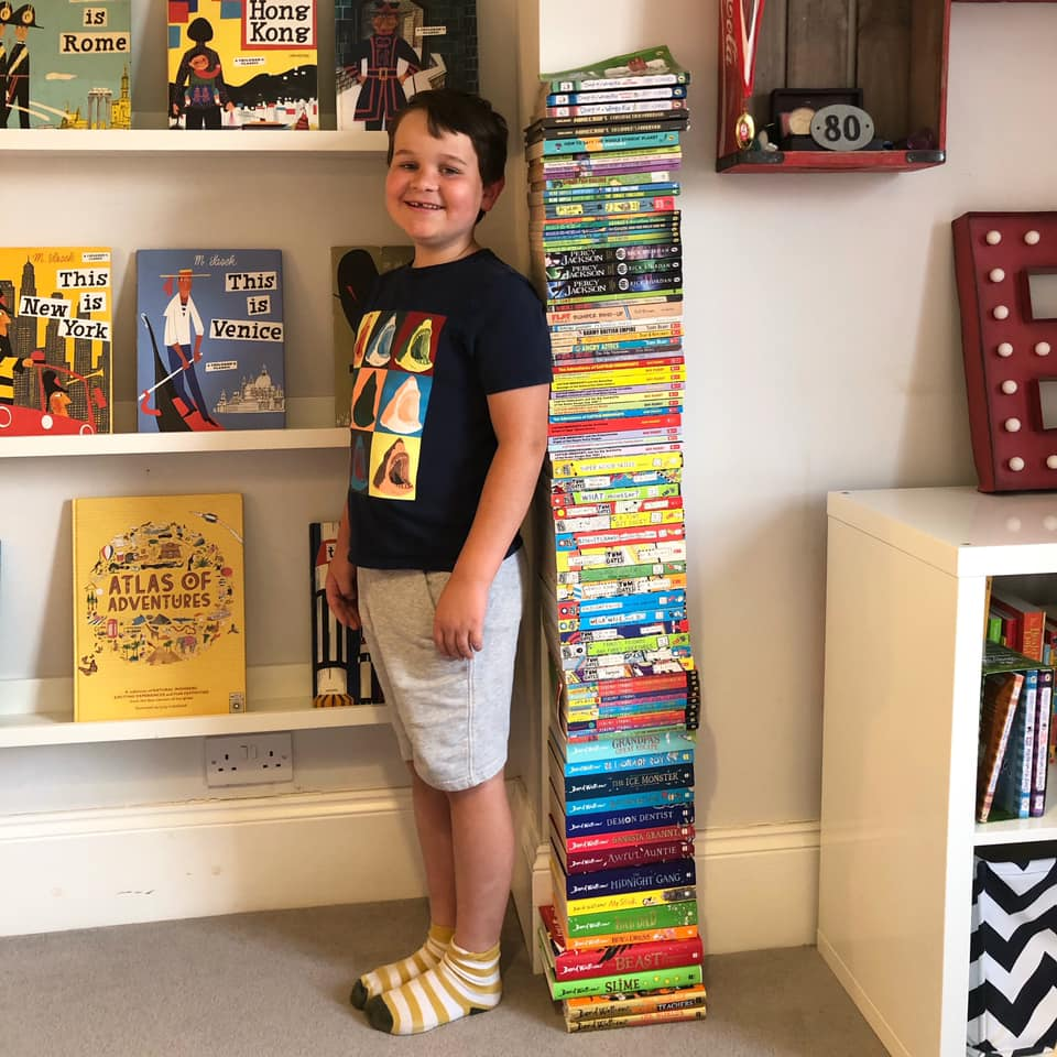 Мальчик весь год читал книги и складывал их в стопку. Незадолго до его девятилетия мама решила сфотографировать сына с результатом