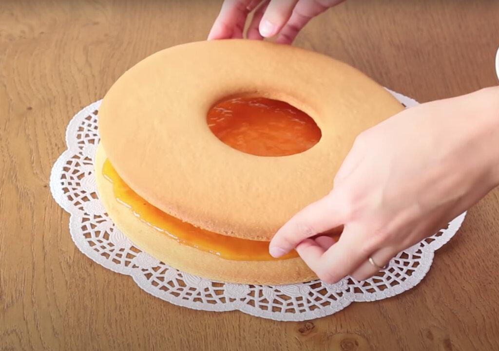 Два коржа – один с  дыркой , варенье и шоколад для контраста: вкусный тортик за полчаса, который не требует больших умений