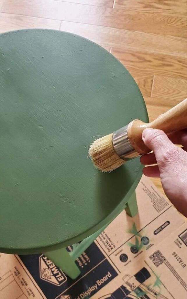Придала своему старому табурету «товарный вид»: я просто покрасила его в зеленый
