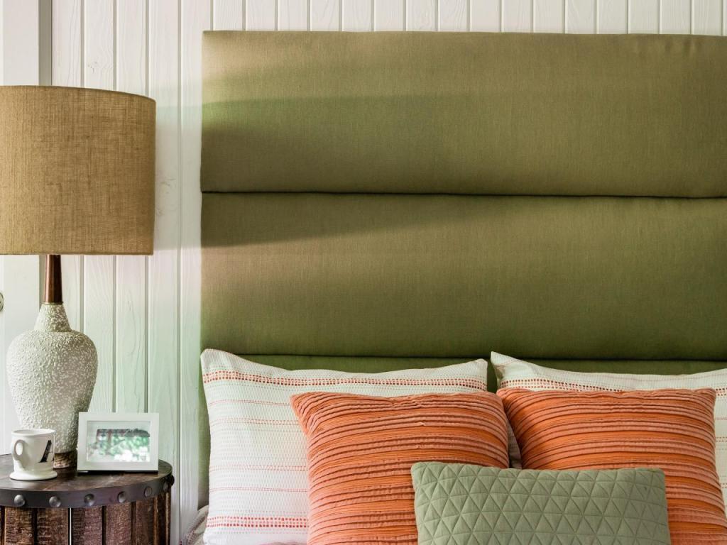 Всего за пару часов сделал мягкое изголовье для кровати. Оно состоит из нескольких частей, смотрится стильно и дорого