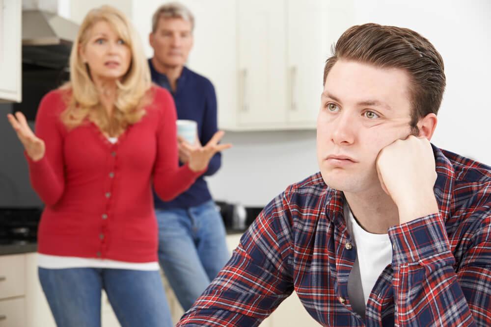 Родители баловали сына на протяжении 22 лет, а затем выставили ему счет: теперь он должен заплатить им за все вещи, купленные с 1998 года