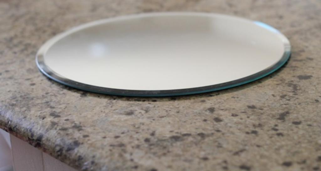 Для круглого зеркала нужна была рама. У меня она получилась в деревенском стиле: выглядит красиво и немного винтажно