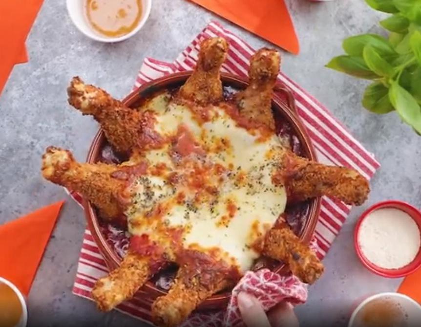 Могу превратить подложку куриных голеней в настоящий кулинарный шедевр на компанию: все благодаря пармскому рецепту с томатным соусом и сыром